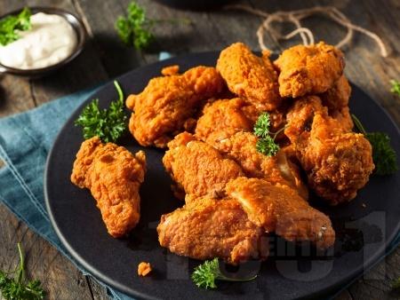 Панирани пикантни пилешки крилца с млечен майонезен сос - снимка на рецептата
